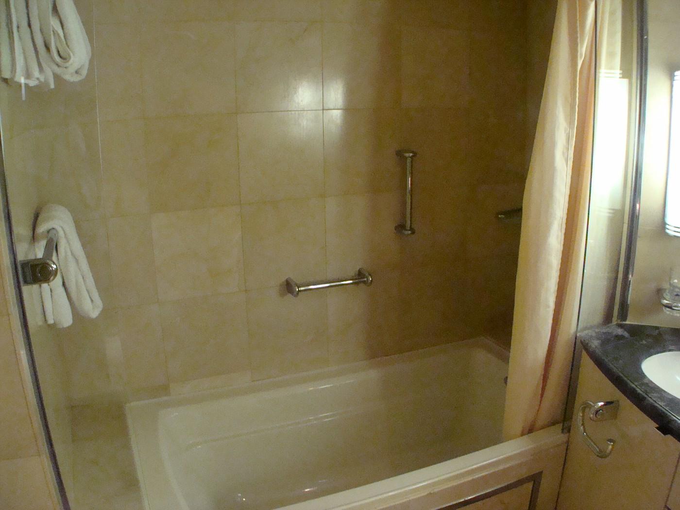 8528 Grand Suite Bath