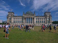 Versprengte Teilnehmer des Demo-Zuges vor dem Bundestagsgebäude