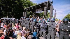 Polizei riegelt die Bühne ab.