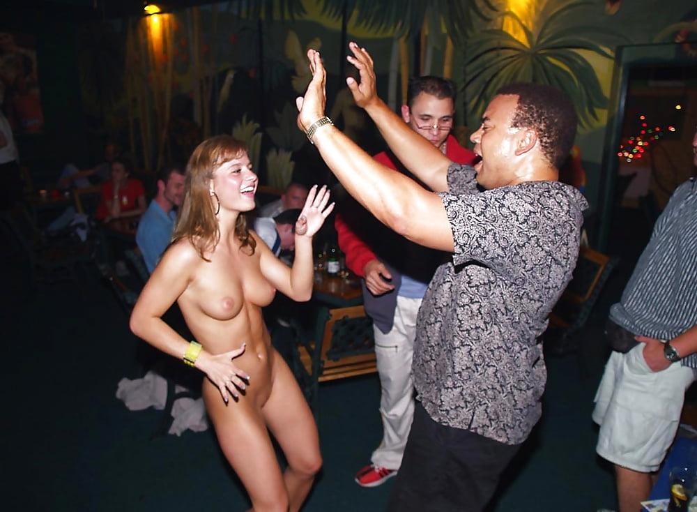 devushki-golie-na-diskoteki