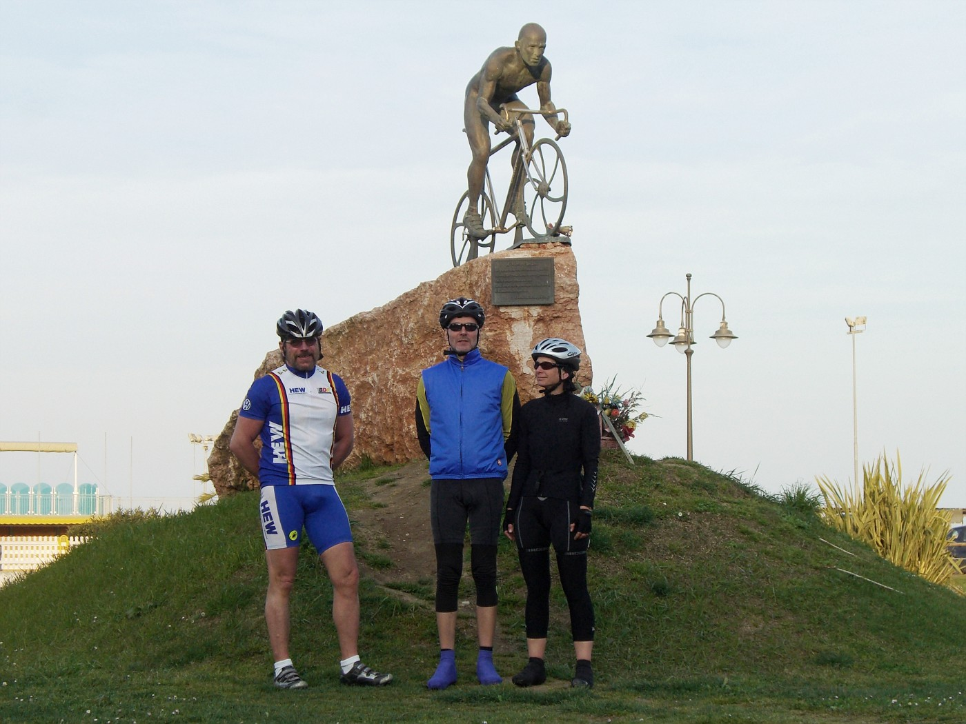 Alla statua di Marco Pantani